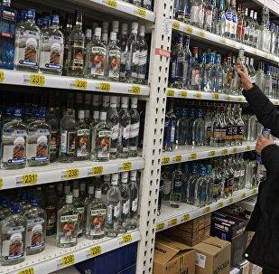 Посетитель в одном из магазинов выбирает алкогольный напиток. Архивное фото