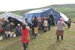 Пострадавшие от схода оползня в селе Аюу в Узгенского района