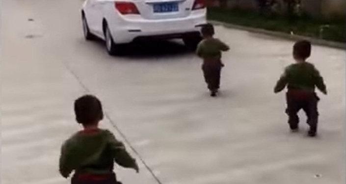 Папа, вернись! Тройняшки пытаются догнать машину отца