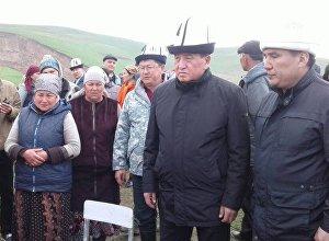 Премьер-министр Сооронбай Жээнбеков посетил село Аюу Узгенского района Ошской области, где сошел оползень