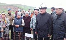 Өзгөндүн Аюу-Сай айылына барган премьер-министр Сооронбай Жээнбеков каза болгондордун жакындарына көңүл айтып, эл менен жолукту