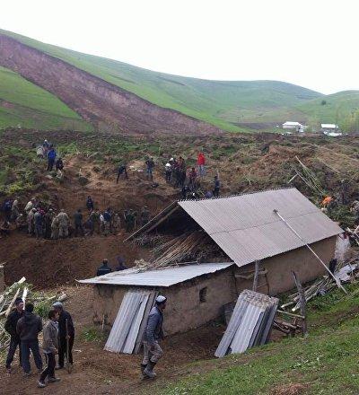 Сотрудники МЧС ведут поисково-спасательные операции на месте схода оползня в селе Аюу в Узгенского района