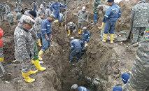 Сотрудники МЧС на месте схода оползня в селе Аюу Узгенского района