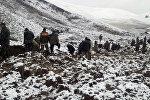 ӨКМ кызматкерлери Өзгөндүн Аюу айылындагы жер көчкү болгон жайда