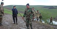 Сотрудники МЧС во время поисковых работ на месте схода оползня в селе Аюу Узгенского района