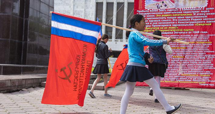 Более 20 человек возложили цветы к памятнику Владимиру Ильичу Ленину