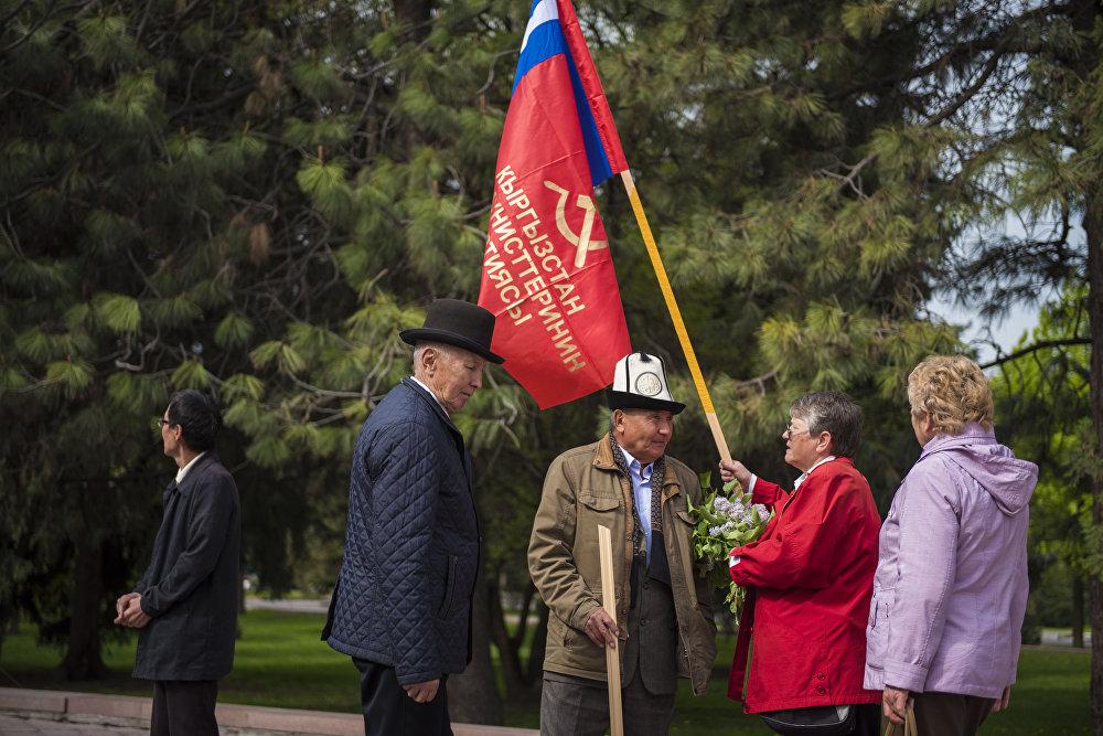 Кыргызстан коммунисттер партиясынын өкүлдөрү Бишкектеги Эски аянтта 1-май — Эмгекчилердин тилектештигинин Күнүнө карат митинг өткөрдү
