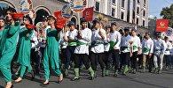 Тажикстандын жарандары парадда. Архивдик сүрөт