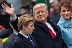 АКШ президенти Дональд Трамп аялы Меланья жана баласы Бэррон менен. Архив
