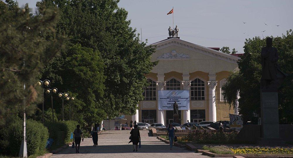 Кыргызский Национальный университет на фоне аллеи молодежи. Архивное фото