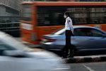 Жол кыймылын көзөмөлдөп жаткан индиянын полиция кызматкери. Архив