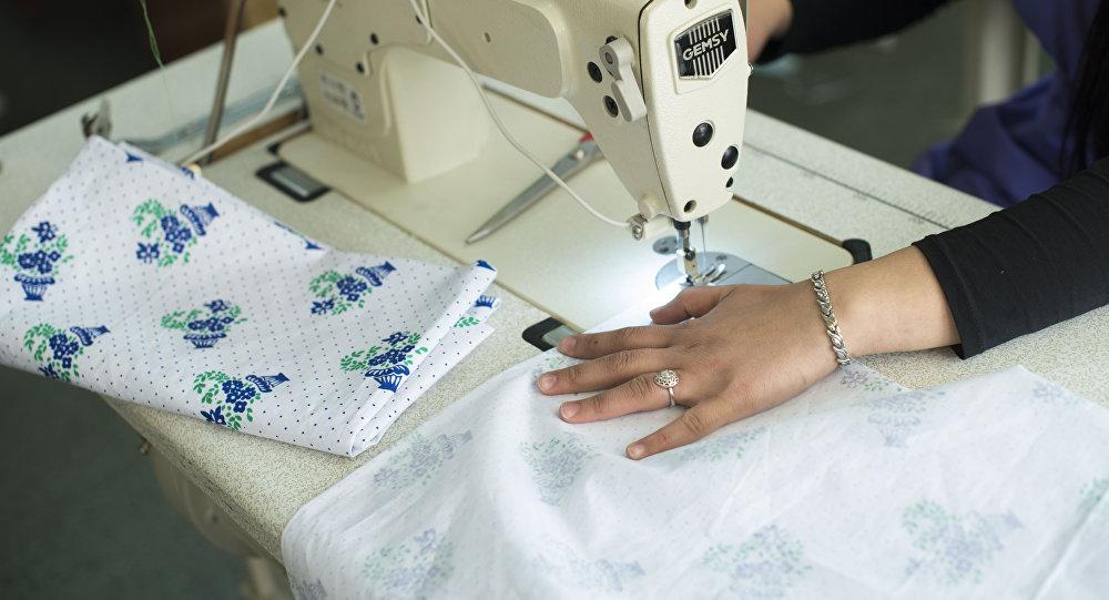 Сотрудница швейного цеха. Архивное фото