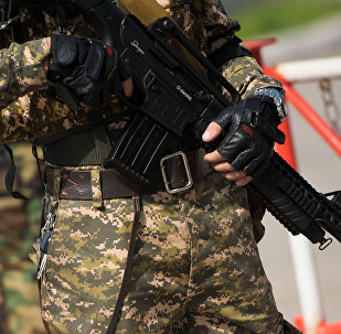 Сотрудник спецназа с автоматом. Архивное фото