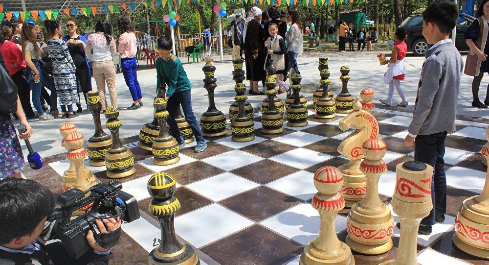 В Бишкеке в парке имени Ататюрка появилась большая шахматная доска