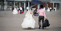 Китайская пара покидает свадебную фотосессию. Архивное фото