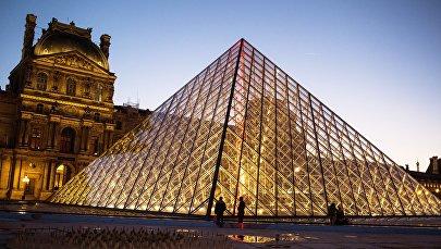 Стеклянная пирамида Лувра во дворе Наполеона в Париже. Архивное фото