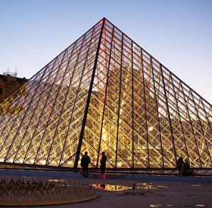 Стеклянная пирамида Лувра во дворе Наполеона, являющаяся одним из символов Парижа. Архивное фото