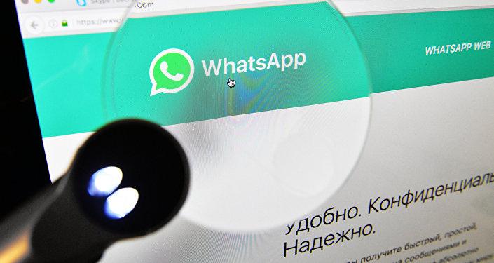 Веб-страница мессенджера WhatsApp на экране компьютера. Архивное фото