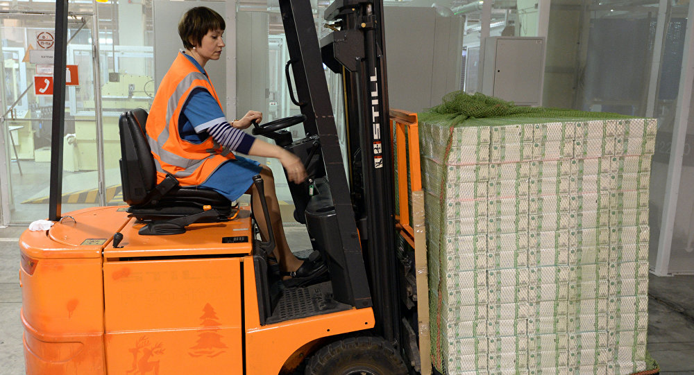 Сотрудница упаковывает купюры на склад. Архивное фото
