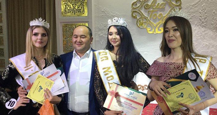 Победительницей конкурса Топ-модель Кыргызстана — 2017 стала 18-летняя студентка Кыргызского аграрного университета имени Скрябина Айдана Мамаджанова (в центре)
