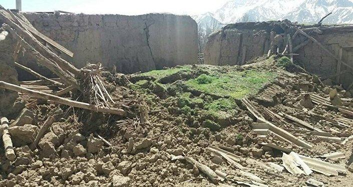 После утреннего землетрясения в селе Карамык Чон-Алайского района Ошской области на стенах домов появились трещины, разрушена овчарня