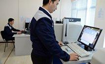 Сотрудники ГРС в отделе по изготовлению биометрических паспортов. Архивное фото