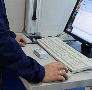 Изготовление новых биометрических паспортов в государственном центре персонификации населения при государственном предприятии Инфоком. Архивное фото