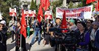 Митинг сторонников Омурбека Текебаева у здания городского суда
