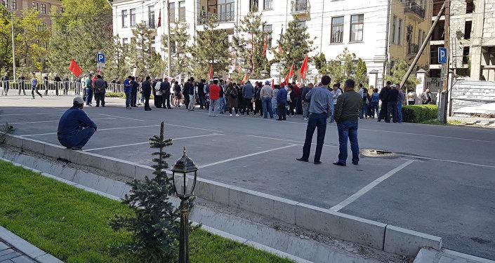 Возле здания Бишкекского городского суда на митинг вышли около 60 сторонников лидера парламентской фракции Ата Мекен Омурбека Текебаева