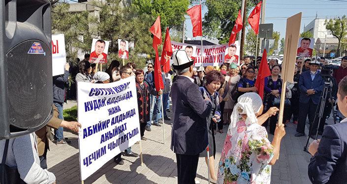 25 февраля текущего года Генеральная прокуратура возбудила в отношении лидера партии Ата Мекен и других лиц уголовное дело по статьям 303 Коррупция и 166 Мошенничество Уголовного кодекса КР.