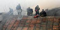Пожарные МЧС РФ тушат возгорание в выселенном здании в центре Москвы, огонь охватил площадь в 500 квадратных метров, сообщает столичный главк МЧС.