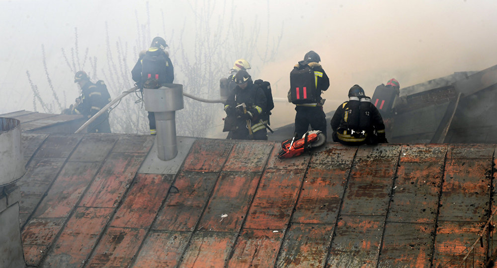 В столице сильный пожар парализовал движение транспорта