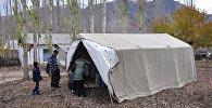 Палатка для тех у кого разрушены дома от землетрясения. Архивное фото
