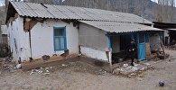 Разрушенный дом от землетрясение. Архивное фото