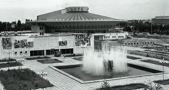 Кыргыз улуттук циркинин алдындагы декоративдүү көчө фонтаны