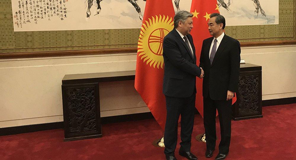 Тышкы иштер министри Эрлан Абдылдаевдин Кытайдагы расмий иш сапарында тараптар ортосунда кытай визасын алуу маселеси талкууланды