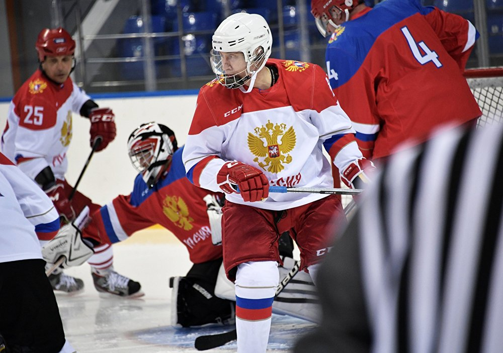 Россиянын лидери Владимир Путин Шайбадеп аталган олимпиадалык стадиондогу хоккей боюнча машыгуу учурунда. Бул жерге президент Эл аралык Олимпиада комитетинин ардактуу мүчөсү Жан-Клод Киллинин чакыруусу менен келген