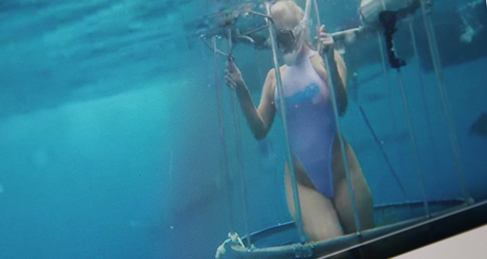 Порноактриса Молли Кавалли во время подводных съемок. Фото со страницы Youtube пользователя CamSoda