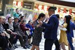 Жители столицы на танцевальном флешмобе, посвященный Дню Победы в столичном торговом центре