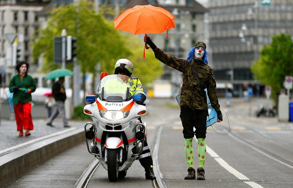 Цюрихтеги (Швейцария) 1-Май демонстрациясы учурунан көрүнүш. Полиция кызматкери жана жай жаран