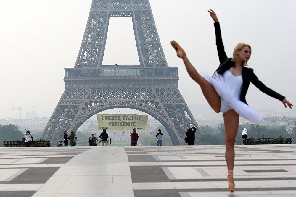 Greenpeace активисттери Эйфель мунарасынын жанында президенттикке аттанган Марин Ле Пенге каршы чыгып, балет артисттери тартылып жаткан фотосессия учурунда жазууларды көтөрүп туруп алышты
