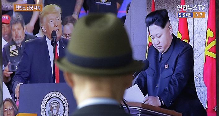 АКШнын президенти Дональд Трамп жана Түндүк Кореянын лидери Ким Чен Ын сыналгыда. Архивдик сүрөт