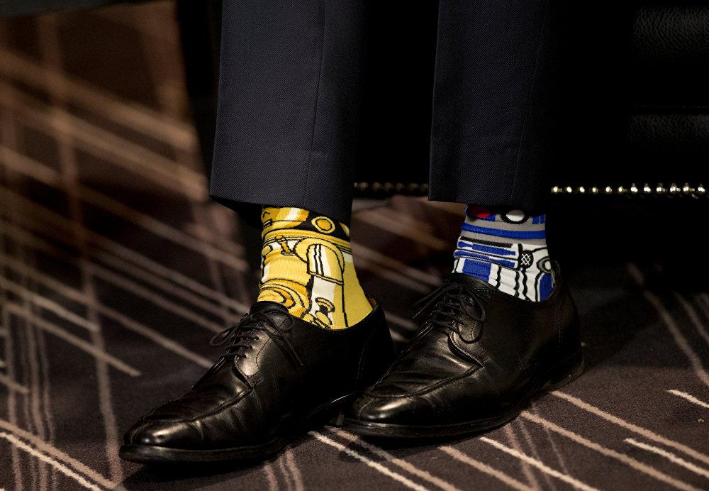 Монреаль. Канаданын премьер-министри Жастин Трюдонун эки башка түстөгү байпактары. Кайсы кинотасма экендигин өзүңүз бир баам салып көрсөңүз болот. Сүрөт Ирландиянын өкмөт башчысы Таоисеак Энд Кенни менен жолугушуу учурунда тартылган