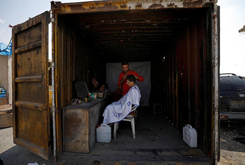 Согуш согушу менен, а тиричилик жүрө берет. Ракка шаарындагы контейнердин ичине жайгашкан чачтарач