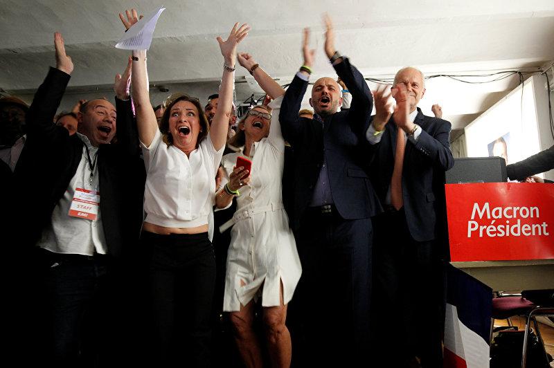 Сторонники избранного президента Франции Эммануила Макрона, главы политического движения Вперед после объявления результатов второго тура выборов президента Франции в штаб-квартире в Марселе, Франция. 7 мая 2017 года