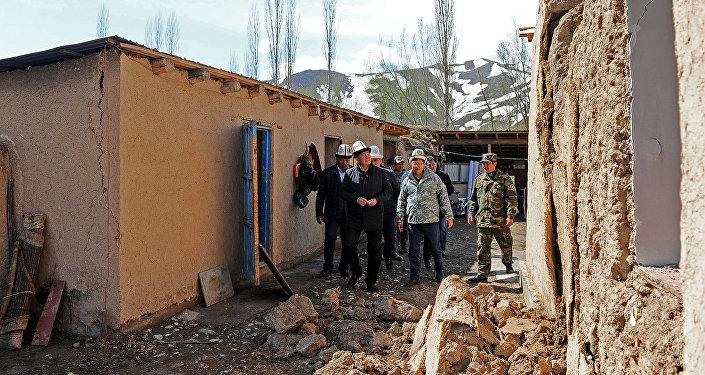 Премьер-министр Сооронбай Жээнбеков посетил села Чон-Алайского района, где накануне произошли землетрясения