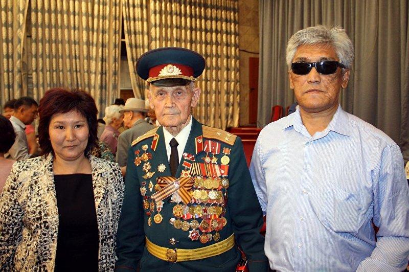 Основатель фонда общественного фонда Эрдик-Подвиг Каныбек Мырзаканов во время встречи с ветераном ВОВ