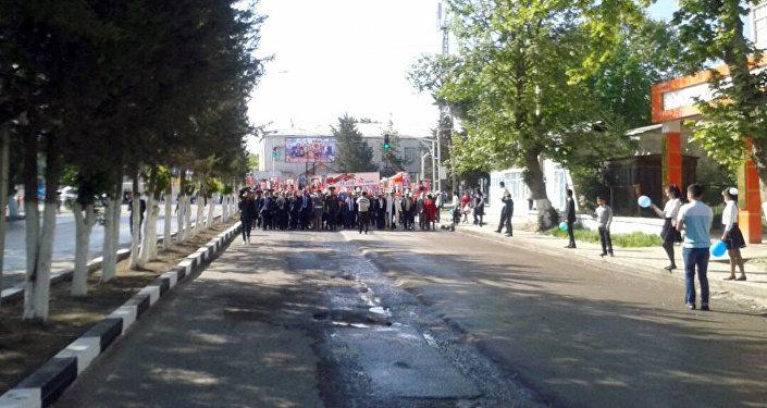 Акцию Бессмертный полк подхватили и в Баткене. Больше сотни горожан идут по городу с портретами близких.