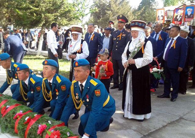Участники шествия Бессмертного полка в Баткене по случаю Дня Победы в Великой Отечественной войне