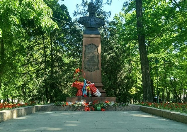 У памятника Талгату Бегельдинову, расположенному на проспекте Молодой Гвардии, прошел митинг-реквием.